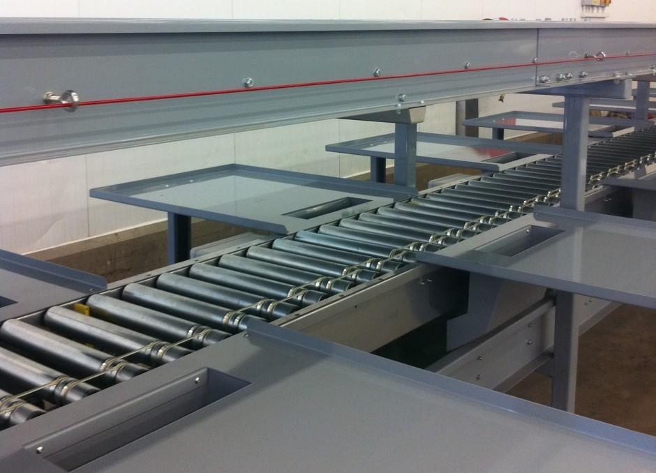 Tray handling conveyor