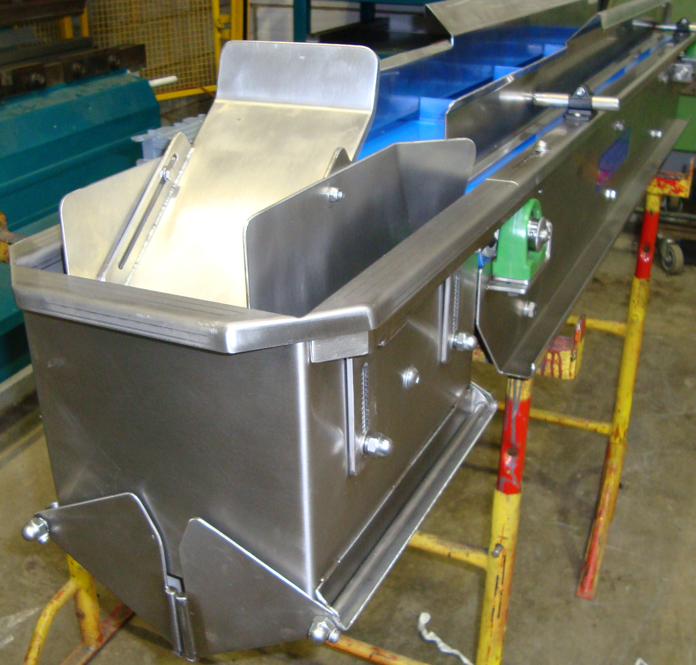 Conveyor with feed hopper